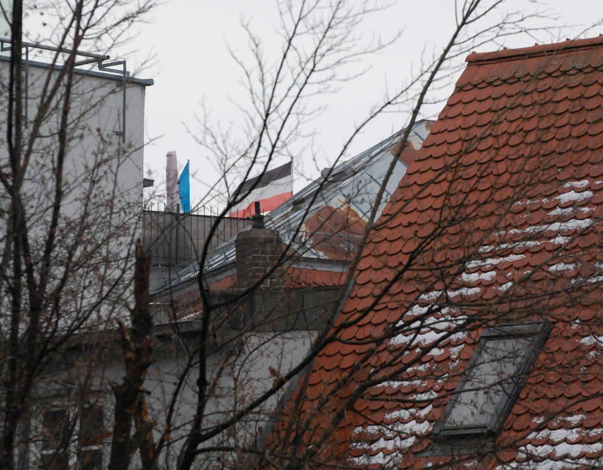 Reichsflagge über den Dächern von Augsburg